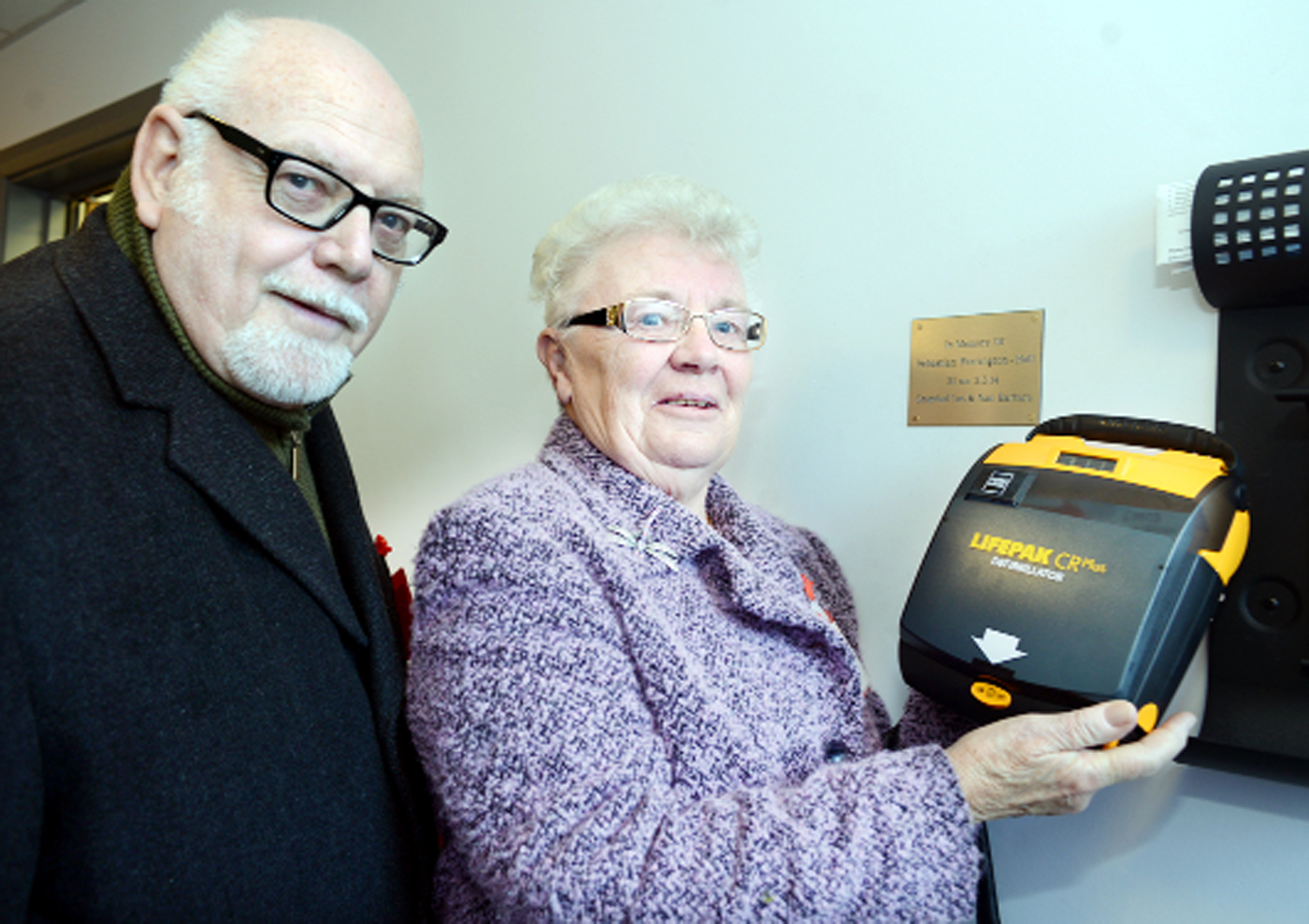 Leslie and Barbara Parrington with the defibrillator