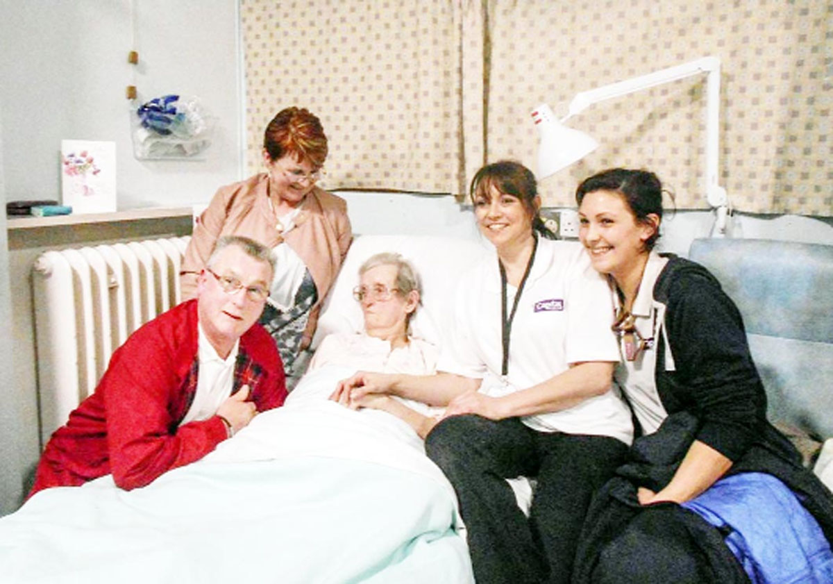 Doreen in hospital with son David, daughter Sharon and flight nurses Nicki Paver and Roxy Carter from Capital Air Ambulance, after the flight from Portugal, where she lived near Albufeira